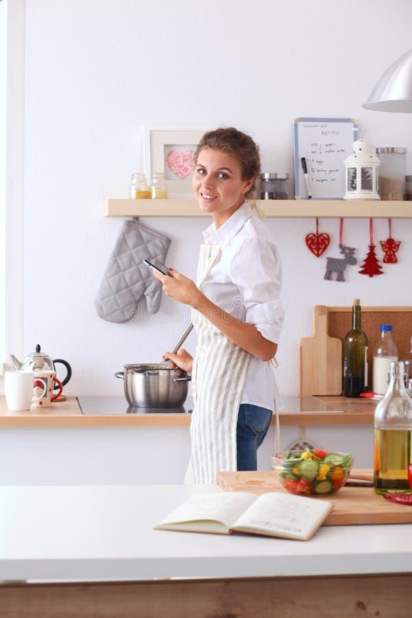 Download Glimlachende Vrouw Online Het Winkelen Gebruikende Computer En Creditcard In Keuken Glimlachende Vrouw Stock Afbeelding - Afbeelding bestaande uit mooi, koop: 107703379