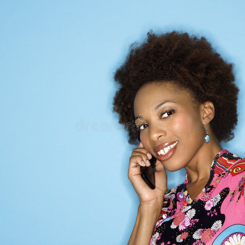 Glimlachende vrouw op cellphone royalty-vrije stock foto