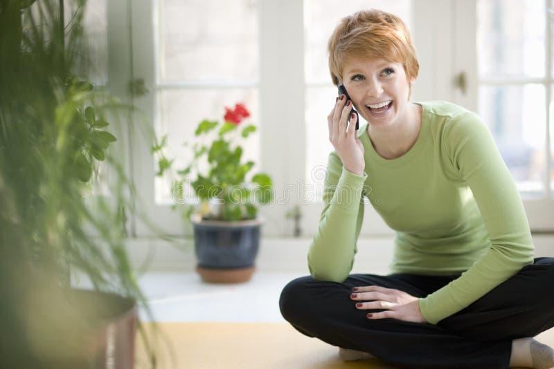 Glimlachende vrouw op celtelefoon