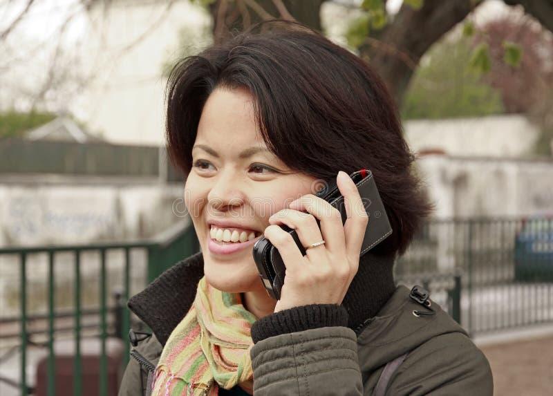 Glimlachende vrouw op de telefoon stock fotografie