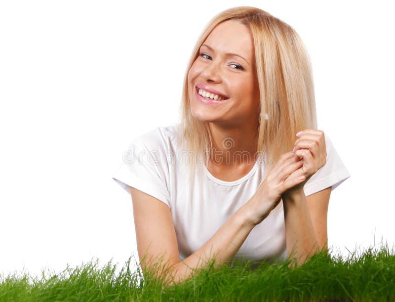 Glimlachende vrouw op gras stock afbeeldingen