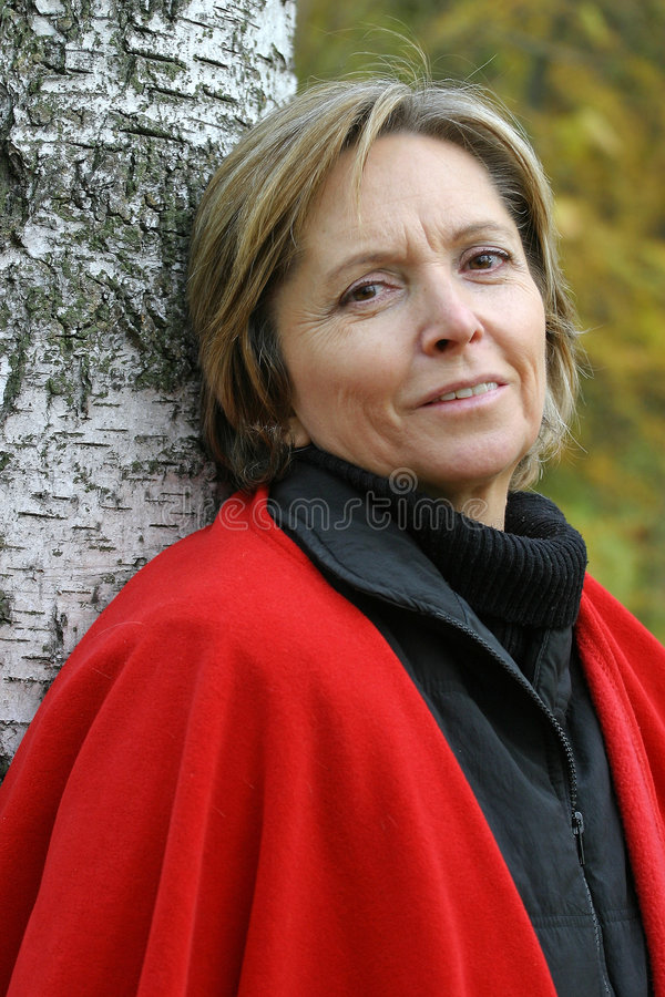 Glimlachende vrouw op middelbare leeftijd stock foto's