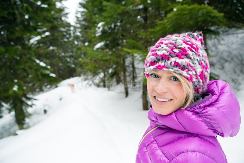 Glimlachende vrouw op sneeuwslepen, Karkonosze-Bergen, Polen stock afbeeldingen