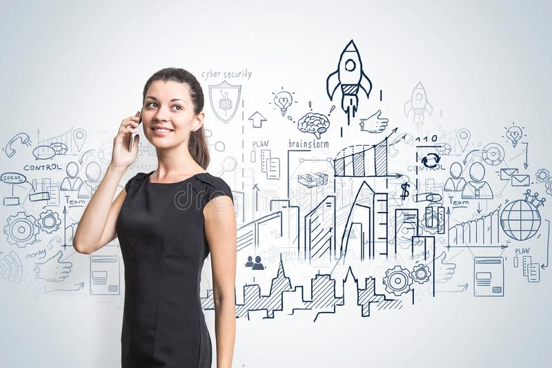 Glimlachende vrouw op telefoon, businessplan stock foto