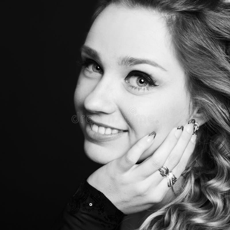 Glimlachende vrouw over zwarte close-up stock foto