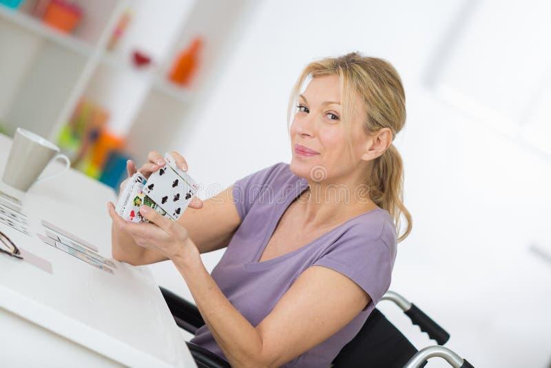 Glimlachende vrouw in rolstoel royalty-vrije stock afbeeldingen