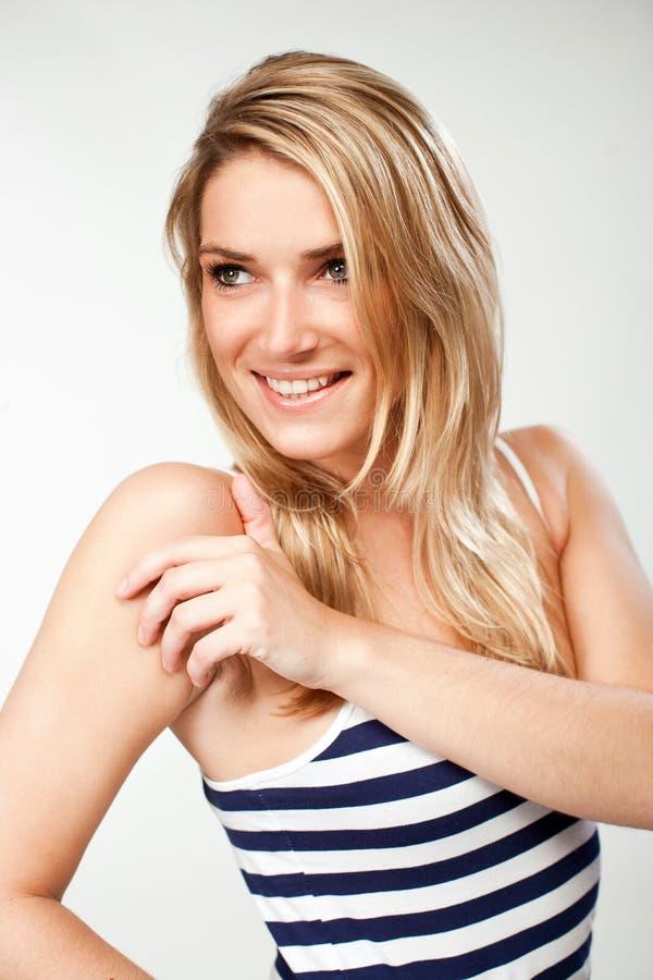 Glimlachende Vrouw in Streep Sleeveless Overhemd royalty-vrije stock foto