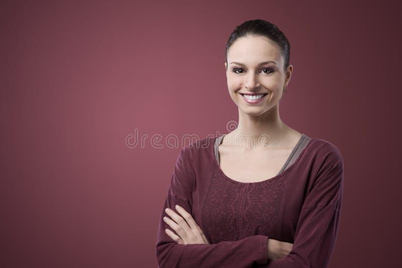 Glimlachende vrouw in toevallige t-shirt royalty-vrije stock afbeeldingen