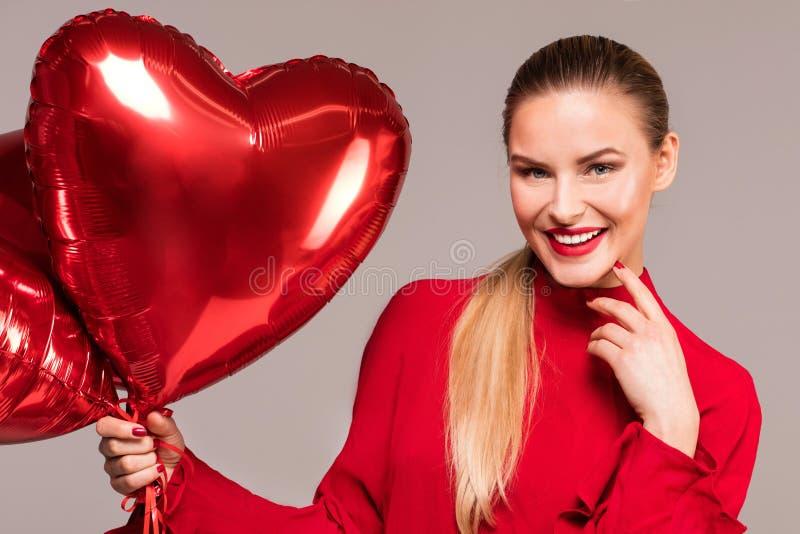 Glimlachende vrouw, valentijnskaart` s dag stock fotografie