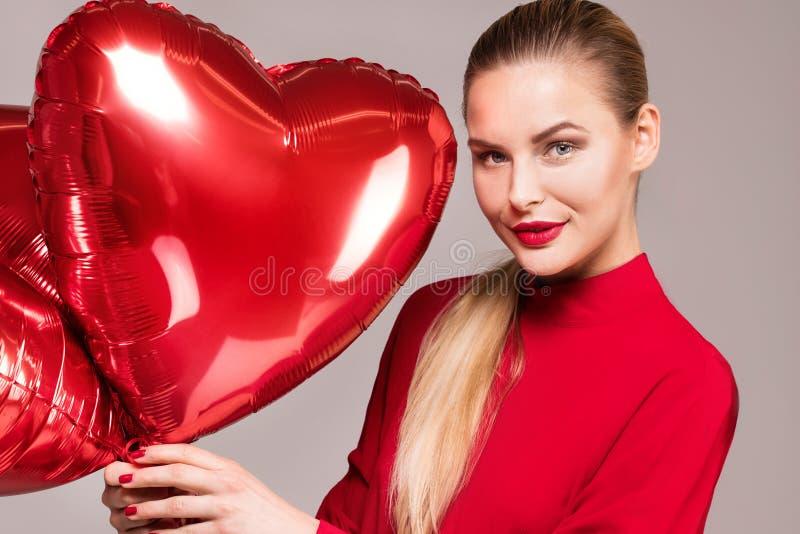 Glimlachende vrouw, valentijnskaart` s dag stock afbeelding