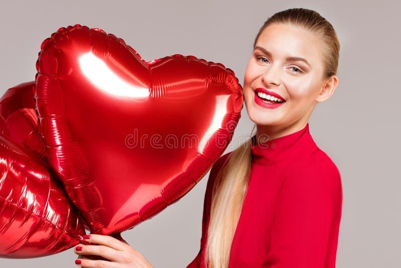 Glimlachende vrouw, valentijnskaart` s dag stock foto's