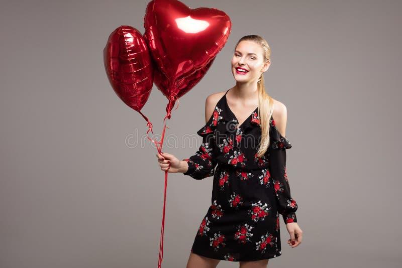 Glimlachende vrouw, valentijnskaart` s dag royalty-vrije stock afbeeldingen
