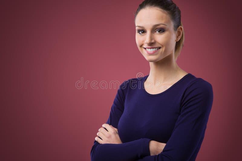 Glimlachende vrouw in violette t-shirt stock foto