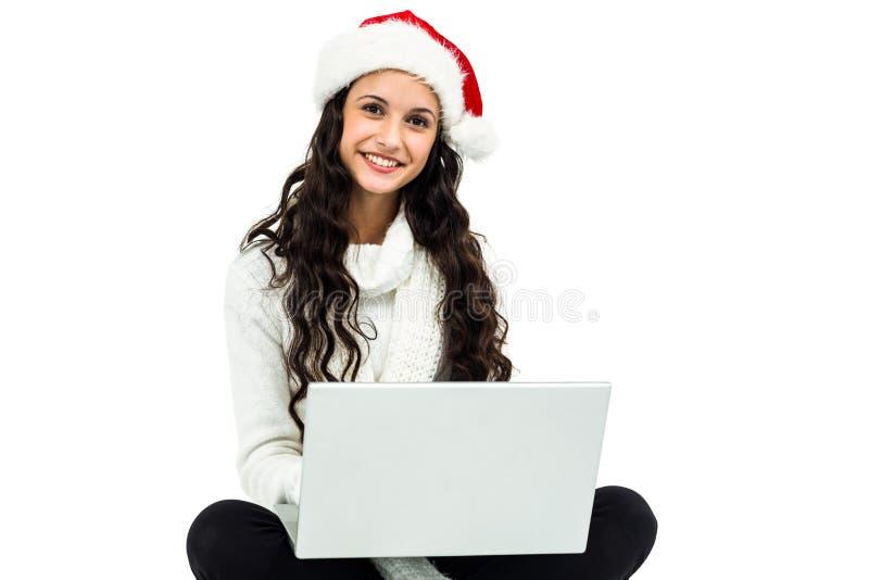 Glimlachende vrouw witted op vloer die laptop met behulp van stock foto's