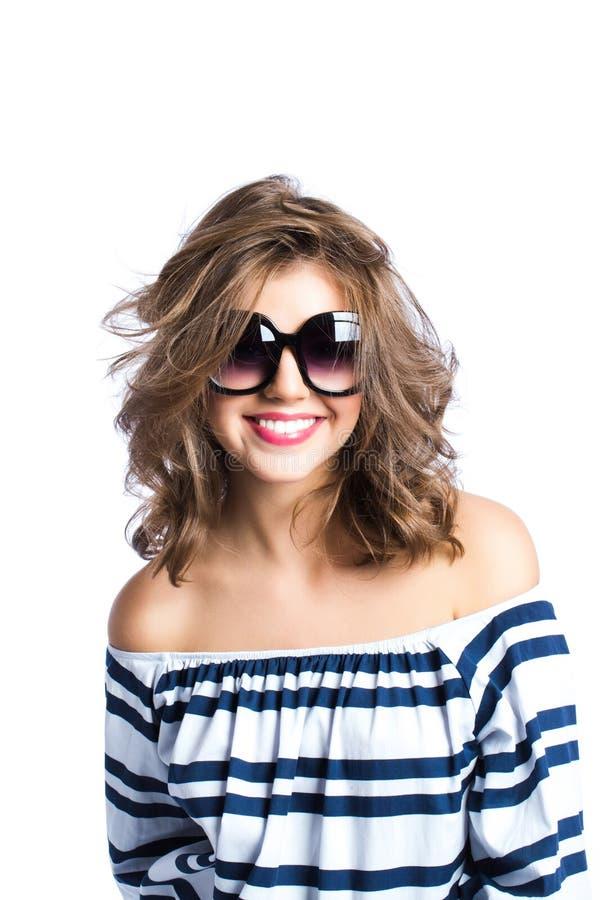 Glimlachende vrouw in zonnebril royalty-vrije stock foto