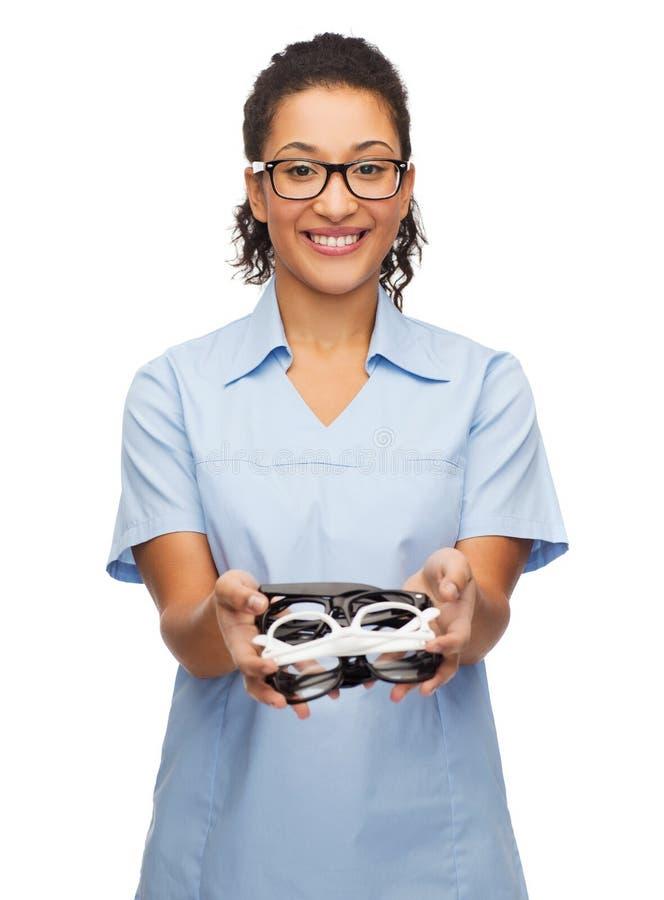 Glimlachende vrouwelijke Afrikaans-Amerikaanse arts of verpleegster royalty-vrije stock foto's