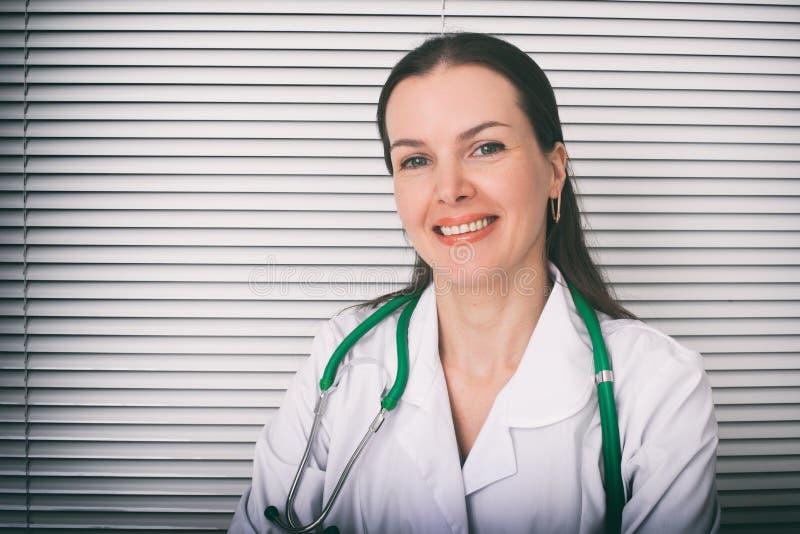 Glimlachende vrouwelijke arts in het ziekenhuis royalty-vrije stock fotografie