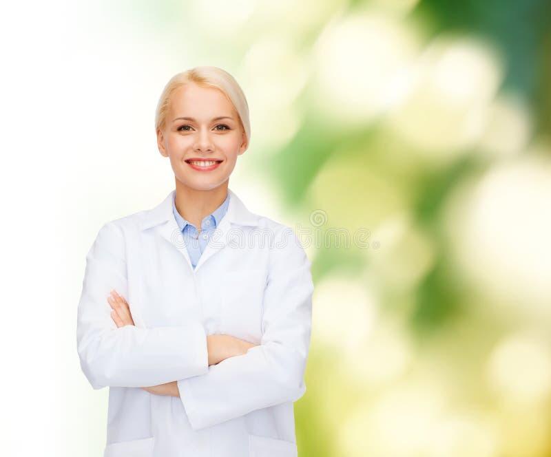 Glimlachende vrouwelijke arts over natuurlijke achtergrond royalty-vrije stock afbeelding