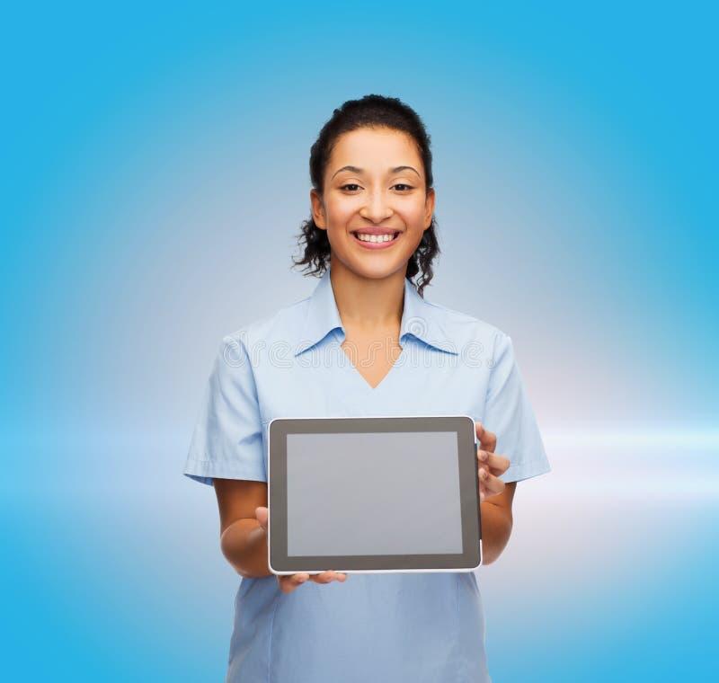 Glimlachende vrouwelijke arts of verpleegster met tabletpc royalty-vrije stock afbeelding
