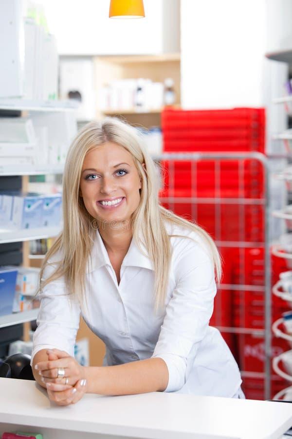 Glimlachende Vrouwelijke Chemicus bij Teller royalty-vrije stock foto