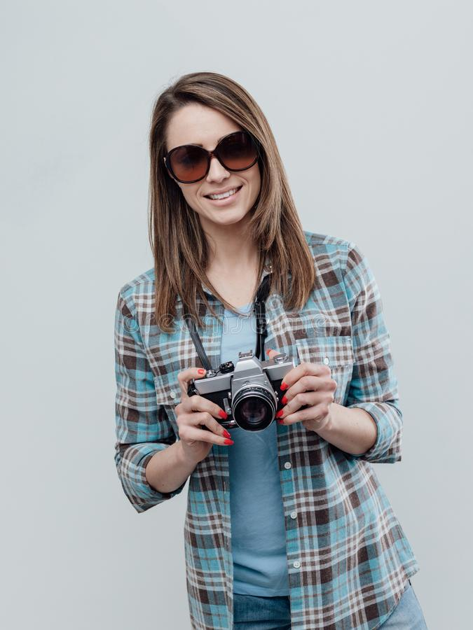 Glimlachende vrouwelijke fotograaf royalty-vrije stock fotografie