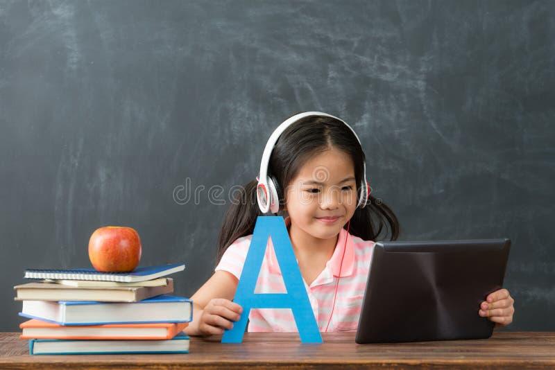 Glimlachende vrouwelijke jong geitjekinderen die digitale tablet gebruiken royalty-vrije stock fotografie