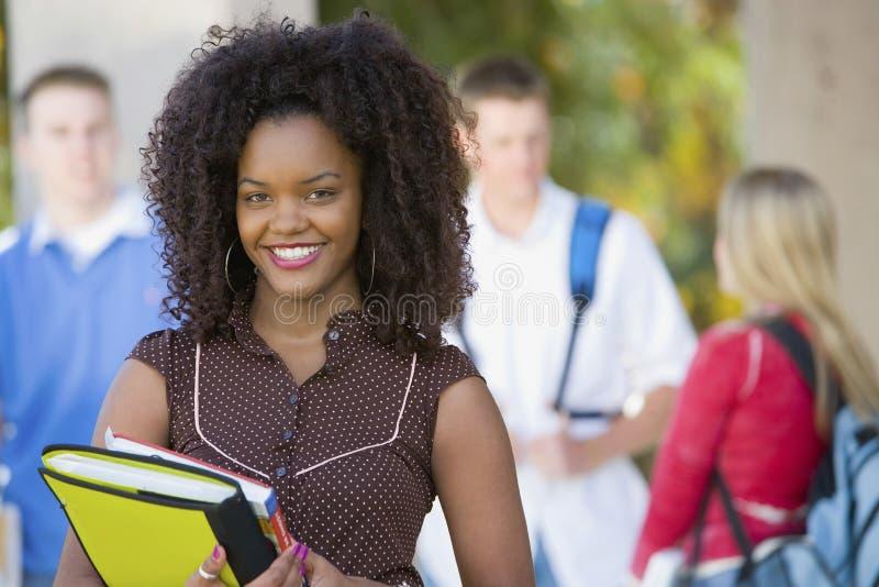 Glimlachende Vrouwelijke Student On College Campus royalty-vrije stock fotografie
