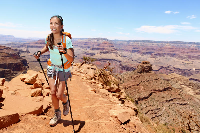 Glimlachende Vrouwelijke Wandelaar die op Grand Canyon lopen stock foto's