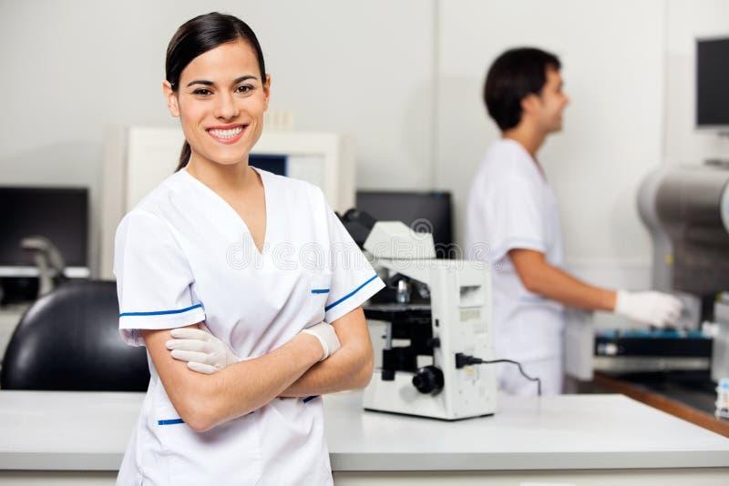 Glimlachende Vrouwelijke Wetenschapper In Laboratory stock foto