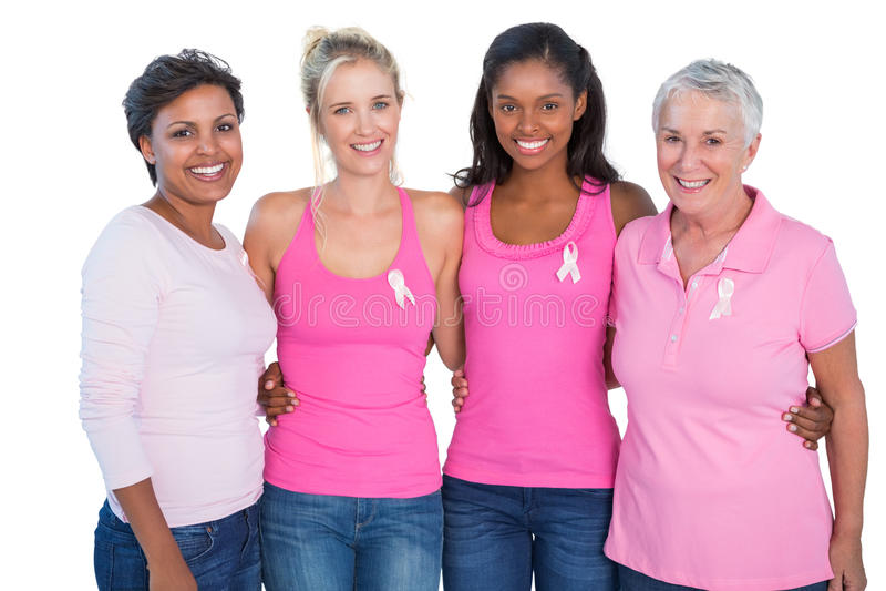 Glimlachende vrouwen die de roze bovenkanten en linten van borstkanker dragen