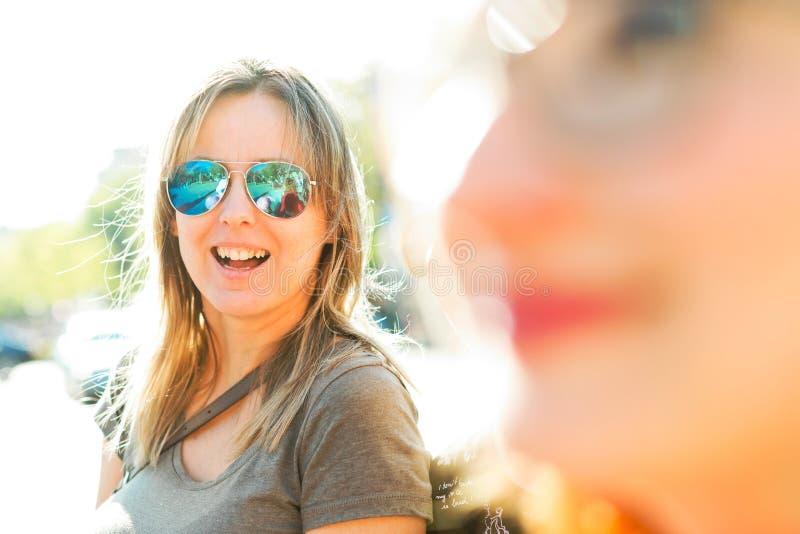 Glimlachende vrouwen - uit nadrukvoorgrond stock foto