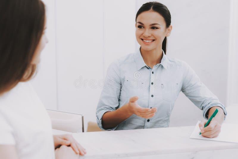 Glimlachende Werknemers Sprekende Cliënt in Schoonheidssalon stock foto