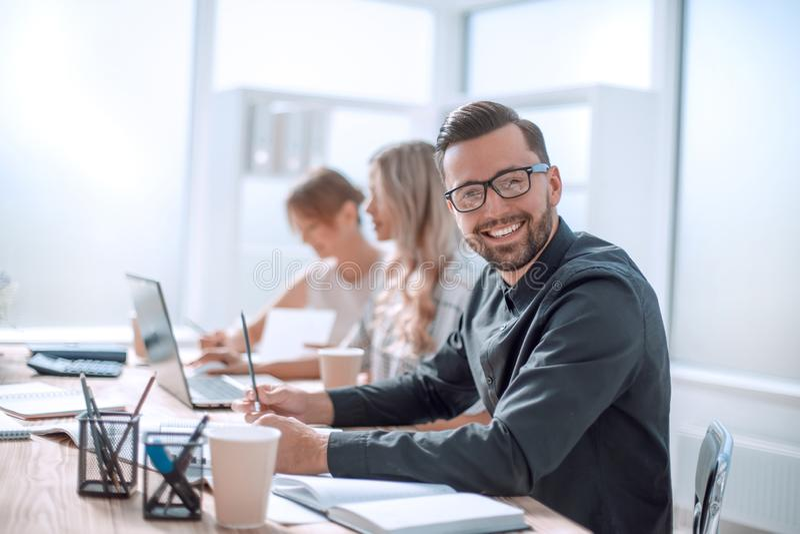 Glimlachende zakenman in de werkplaats in het bureau royalty-vrije stock foto