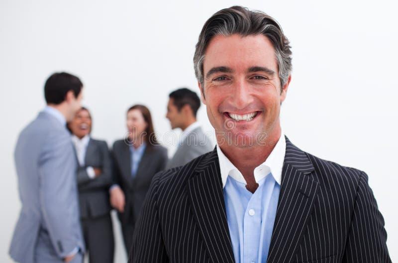 Glimlachende zakenman die haar team leidt royalty-vrije stock afbeelding