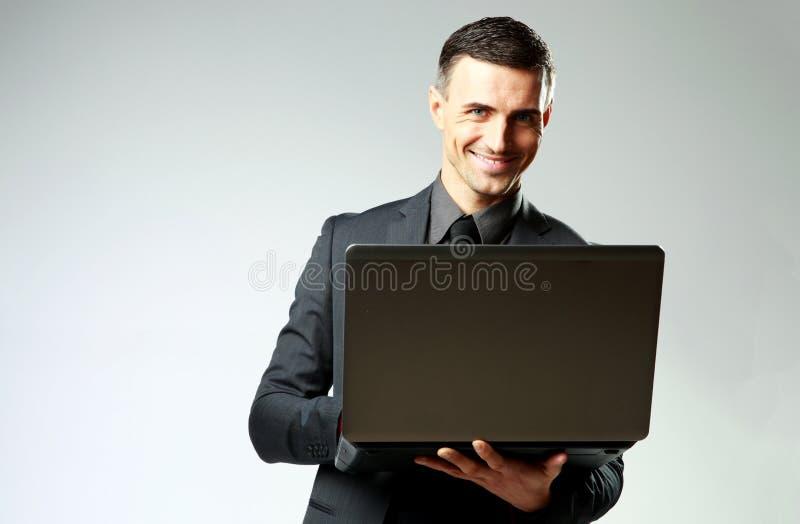 Download Glimlachende Zakenman Die Laptop Met Behulp Van Stock Foto - Afbeelding bestaande uit notitieboekje, mens: 39100130
