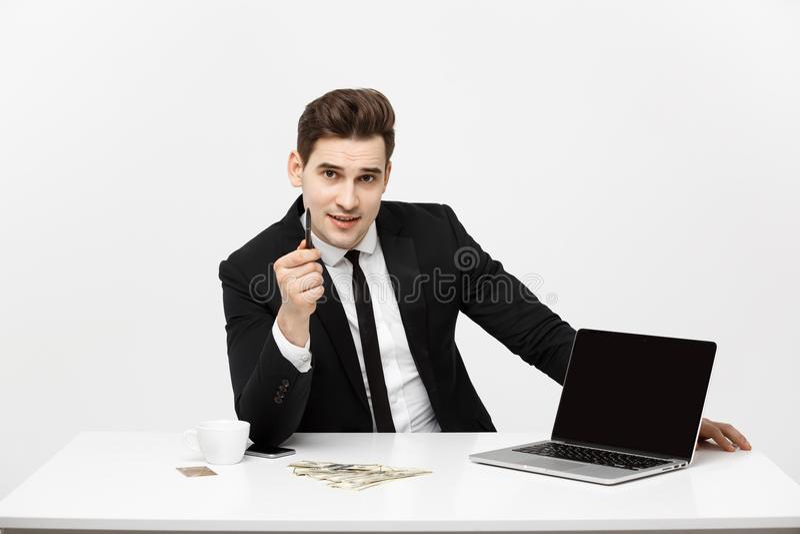 Glimlachende zakenman die zijn laptop computer voorstellen aan de kijker met het leeg scherm met exemplaarruimte royalty-vrije stock afbeelding