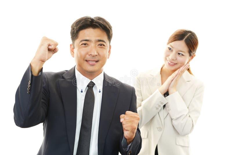 Glimlachende zakenman en onderneemster stock foto's