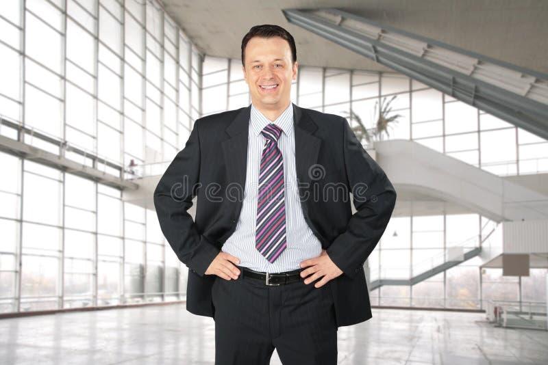 Glimlachende zakenman in glaszaal, collage stock afbeelding