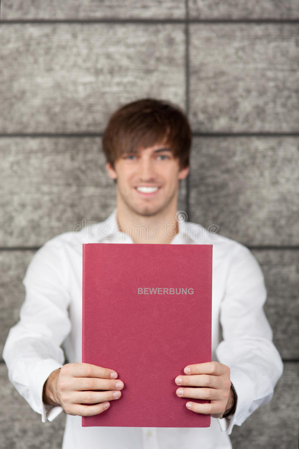 Glimlachende Zakenman Holding Application File royalty-vrije stock afbeelding