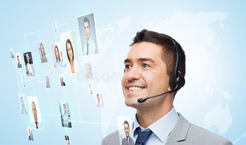 Glimlachende zakenman in hoofdtelefoon stock foto's
