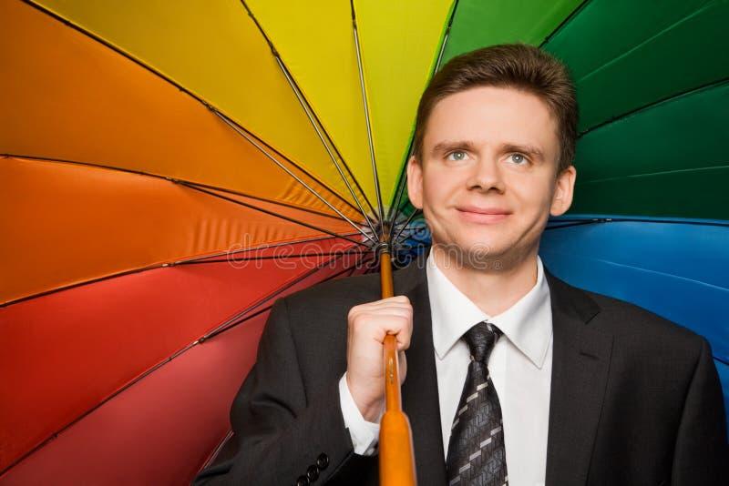 Glimlachende zakenman in kostuum met paraplu royalty-vrije stock afbeeldingen