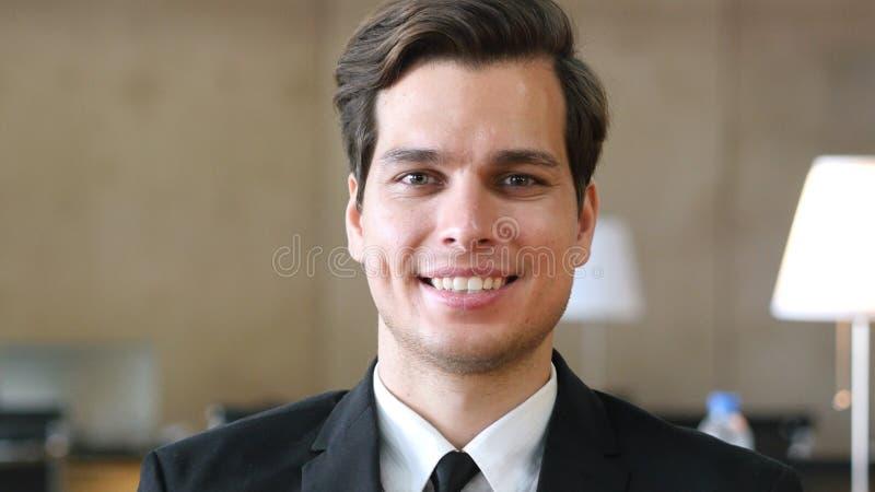 Glimlachende Zakenman in Kostuum, Portret in Bureau stock afbeeldingen