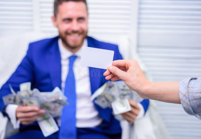Glimlachende zakenman met bundel van het Amerikaanse geld van het dollarcontante geld op kantoor BETAAL KAART Zaken, mensen, succ royalty-vrije stock foto's