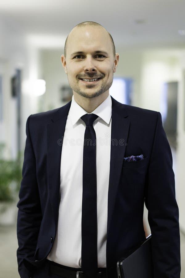 Glimlachende zakenman met laptop royalty-vrije stock foto's