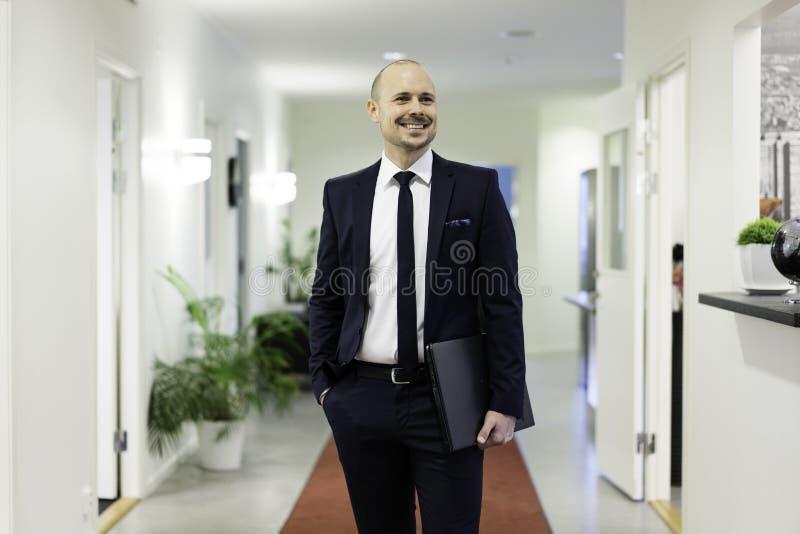 Glimlachende zakenman met laptop royalty-vrije stock fotografie
