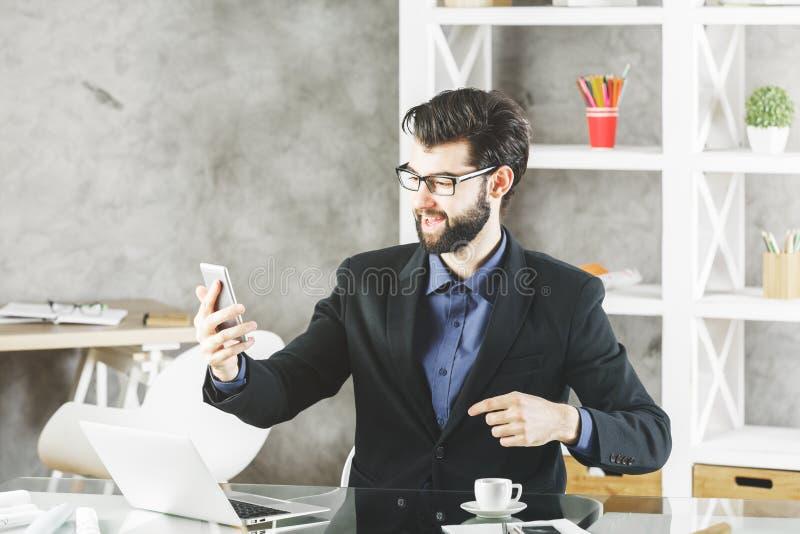 Glimlachende zakenman met smartphone royalty-vrije stock foto
