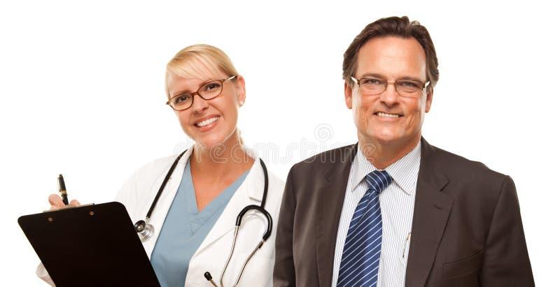 Glimlachende Zakenman met Vrouwelijke Arts of Verpleegster stock foto