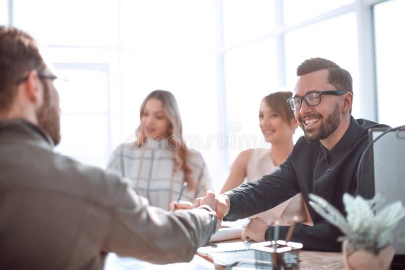 Glimlachende zakenman op een werkende vergadering in het bureau stock afbeeldingen