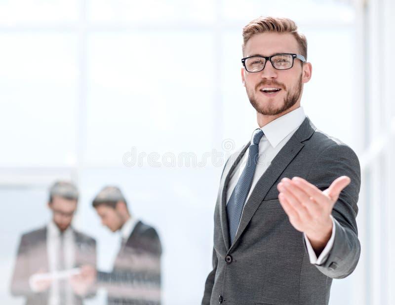 Glimlachende zakenman welkome handdruk royalty-vrije stock afbeelding