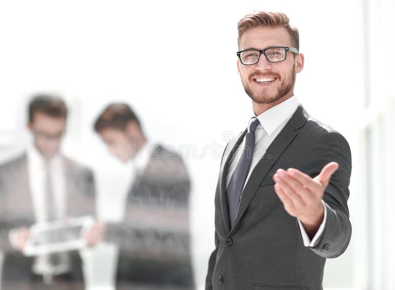 Glimlachende zakenman welkome handdruk stock afbeelding